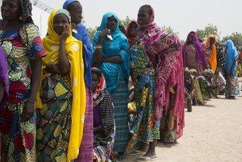 Familia zikisubiri chakula cha msaada baada ya kurejea Nigeria kutokana na machafuko nchini Cameroon.