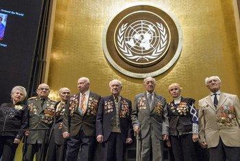 Photo de groupe de survivants de l'Holocauste et de participants à la commémoration des Nations Unies. Photo ONU/Manuel Elias