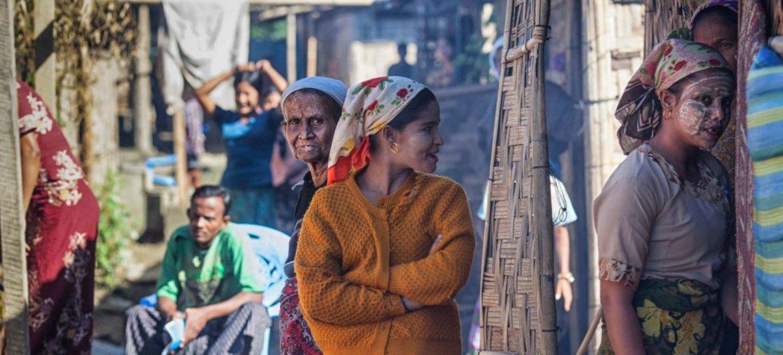 2013年12月,缅甸若开邦境内流离失所者营地内的妇女。