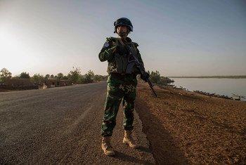 Un soldat bangladais en patrouille en République centrafricaine (RCA), l'une des 10 missions de maintien de la paix où les Bangladais servent sous le drapeau des Nations Unies.