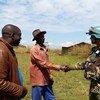 Kamanda wa doria kutoka kikosi cha Bangladesh kinachohudumu kwenye ujumbe wa Umoja wa Mataifa huko DRC, MONUSCO akisalimiana na Chifu wa kijiji cha ADA huko jimbo la Ituri, mashariki mwa DRC.