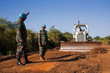 مهندسون بنغلاديشيون من بعثة الأمم المتحدة في جنوب السودان يقومون بتعبيد طريق بين جوبا وبور في جنوب السودان.