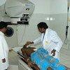 Un paciente recibe terapia de cobalto en un hospital de Kandy, en Sri Lanka.