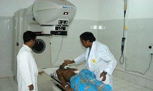 Un patient utilisant une thérapie au cobalt dans un hôpital à Kandy, au Sri Lanka.