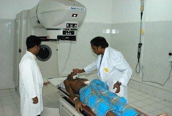 Mgonjwa anaandaliwa kwa ajili ya matibabu ya saratani katika hospitali huko Kandy, Sri Lanka