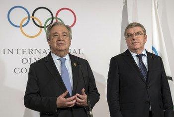 Le Secrétaire général de l'ONU, António Guterres (à gauche), et Thomas Bach, Président du Comité international olympique, lors d'un point de presse à Pyeongchang, en République de Corée.