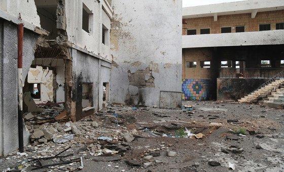 Une école de la ville de Taëz, au Yémen, gravement endommagée par les combats (archive)