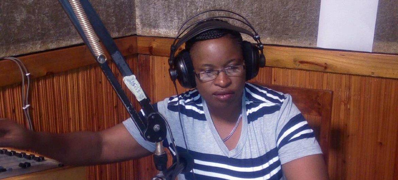 Studioni ni Jane John mtangazaji wa habari za michezo katika shirika la Utangazaji Tanzania, TBC akitangaza kipindi cha michezo.