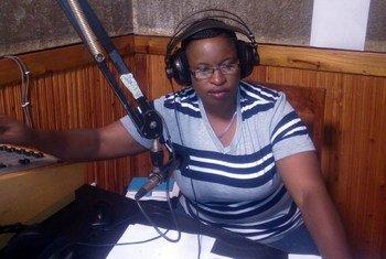 جين جون، مذيعة في هيئة الإذاعة التنزانية تقدم برنامجا رياضيا.
