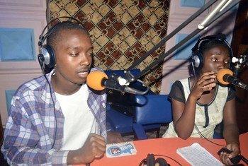 Mwanahabari kijana Rashid Malekela anazungumza na vijana wenzake wa Mwanza Network studio