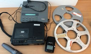 صورة أرشيفية لأدوات وأجهزة تستخدم في إنتاج المواد الإذاعية