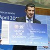 """即将参加""""团结之役""""慈善足球赛的葡萄牙著名球星路易斯·菲戈在联合国日内瓦办事处出席活动新闻发布会。"""