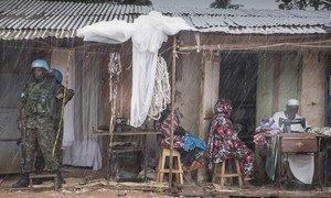 Un Casque bleu patrouille dans le quartier de PK5 à Bangui, en République centrafricaine