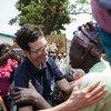 La Subsecretaria General de Asuntos Humanitarios , Ursula Mueller, con repatriados en el distrito de Boulata y Boeing, en la ciudad de Bangui, República Centroafricana..