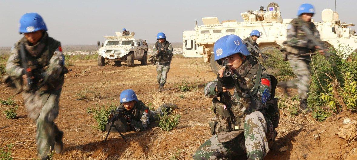 针对南苏丹朱巴复杂严峻的安全形势,中国第4批赴南苏丹(朱巴)维和步兵营组织应急演练。