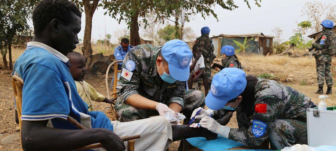 中国第4批赴南苏丹(朱巴)维和步兵营为当地民众进行蓝盔义诊。