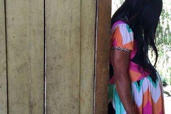 Una joven indígena embarazada busca ayuda en el albergue maternal del hospital de San Lorenzo, Datem del Marañón, Perú