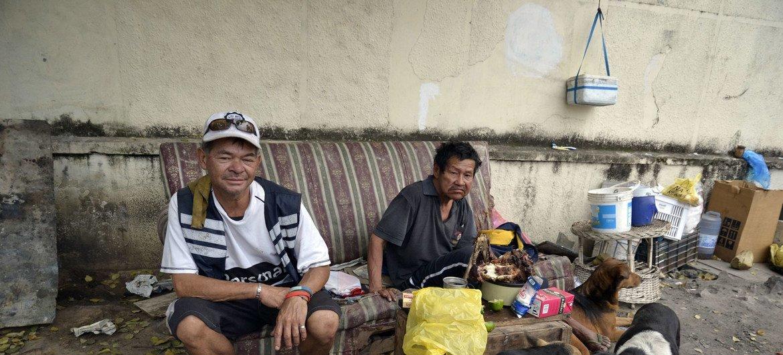 Dos hombres sin hogar que viven en las calles de Asunción, Paraguay.
