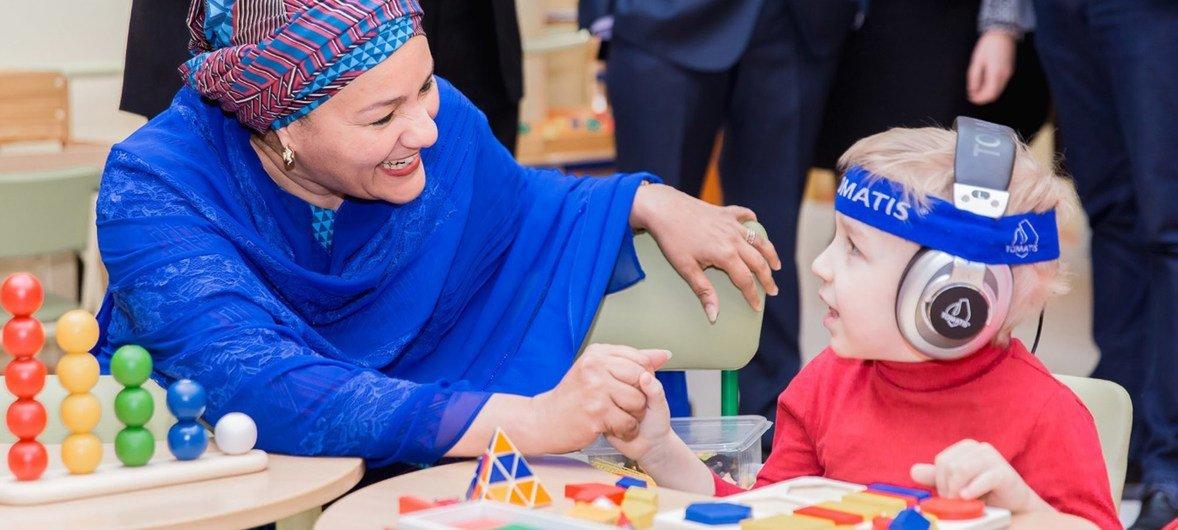 联合国常务副秘书长阿米娜·默罕默德2018年2月20日在白俄罗斯首都明斯克访问残疾儿童康复中心。