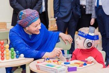 В Республиканском реабилитационном центре для детей-инвалидов в Минске Амина Мохаммед пообщалась с сотрудникам и детьми