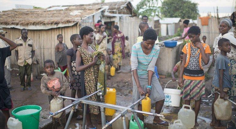 Refugiados burundeses recogen agua en el campamento de Lusenda, en el sur de Kivu, en la República Democrática del Congo.