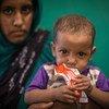 Marka, âgée d'un an, est assise sur les genoux de sa mère à l'hôpital de Gao, au Mali (archive)