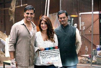 La productrice Twinkle Khanna et l'acteur Akshay Kumar avec le réel Arunachalam Muruganantham sur le tournage de Pad Man.