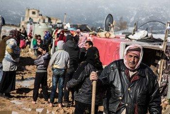 Refugiados sírios perto de seus abrigos após tempestade de neve no Líbano
