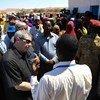 Peter de Clercq ambaye ni Naibu Mwakilishi Maalum wa Katibu Mkuu wa Umoja wa Mataifa nchini Somalia akisalimiana na wakazi wa kijiji cha Salaxley kwenye jimbo la Puntland, nchini Somalia