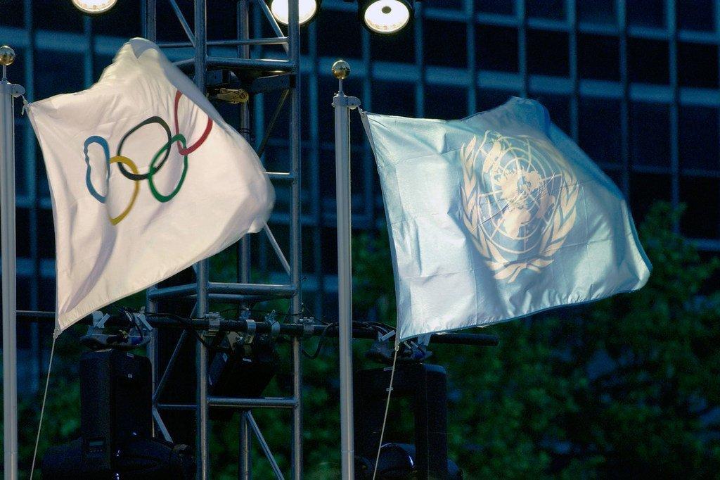 Bendera za Umoja wa Mataifa na ile ya Olimpiki zikiwa zinapepea kwa pamoja kwenye Makao Makuu ya Umoja wa Mataifa