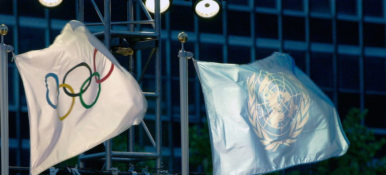 Олимпийский  флаг и флаг  ООН