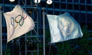 奥林匹克五环旗与联合国国旗。