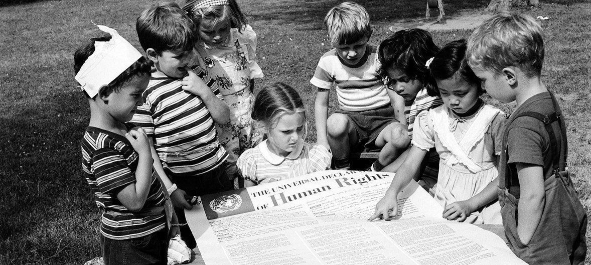 Дети читают Всеобщую декларацию прав человека. (архив)