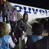 Italie: le personnel du HCR accueille des réfugiés à leur arrivée à l'aéroport militaire de Pratica di Mare (sud-ouest de Rome) après leur évacuation de Libye. (archive)