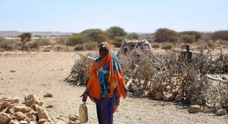 Una mujer camina por Salaxley, una de las aldeas de Somalia afectadas por la sequía.