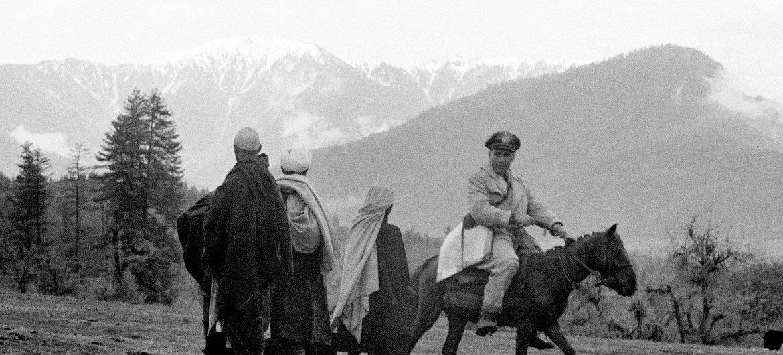 Major Emilio Altieri (Uruguai) faz uma patrulha a cavalo na linha de cessar-fogo em 1955.