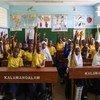 坦桑尼亚首都达累斯萨拉姆的一所小学,七年级的学生正在上英语课。