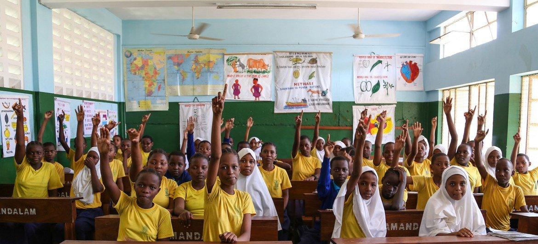 Estudiantes de educación primaria en una clase de inglés en Dar es Salaam, Tanzania.