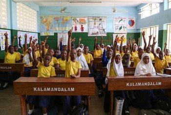 坦桑尼亚达累斯萨拉姆一所小学的七年级学生正在上英语语言课。
