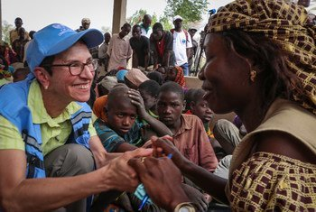 تزور أورسولا مولر، مساعدة الأمين العام للشؤون الإنسانية، مخيم ميناواو للاجئين في أقصى شمال الكاميرون.