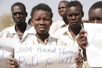 Wakimbizi wa Sudan kusini wakiwa na mabango yakisema tunahitaji haki za binadamu.