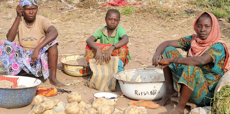Wanawake nchini Chad wakichuuza mboga kwenye soko lisilo rasmi angalau kupata kipato cha kujikidhi maisha yao.