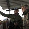 UNIFIL sekta kamanda, Generali Romero, akitoa maelezo kwa Lacroix kusini mwa  Lebanon