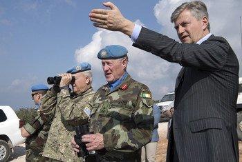 Le Secrétaire général adjoint aux opérations de maintien de la paix, Jean-Pierre Lacroix, au sud du Liban avec le commandant de la FINUL, le général Michael Beary, le 24 février 2018.