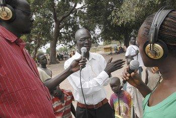 Un homme partage son point de vue sur un programme de débat radiophonique.