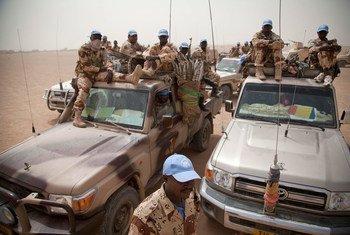 Des Casques bleus tchadiens en patrouille à l'extérieur de leur base à Tessalit, au nord du Mali.
