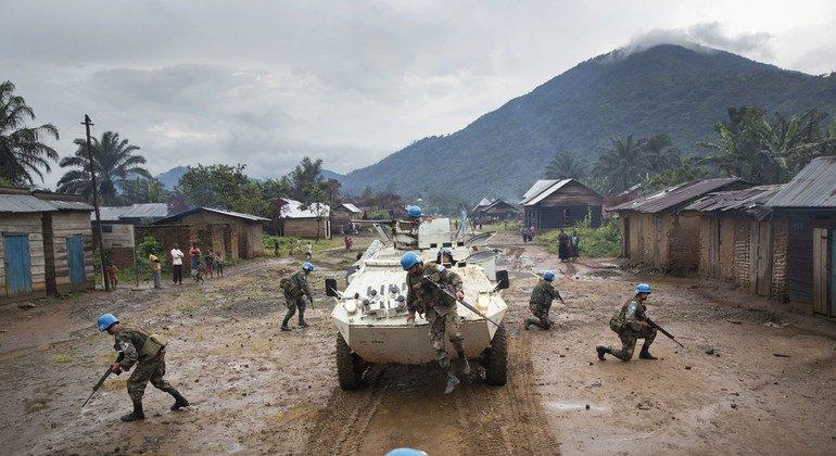 Las fuerzas de mantenimiento de la paz uruguayas que prestan servicio en la República Democrática del Congo patrullan la ciudad de Pinga para proteger la zona tras la retirada de un grupo de milicianos en diciembre de 2013.