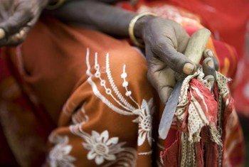 Ngariba Boko Mohammed akiwa ameshikilia kifaa ambacho alikuwa anatumia zaidi kwa ajili ya kukeketa watoto wa kike na wanawake huko kijiji cha Kabele nchini Ethiopia.