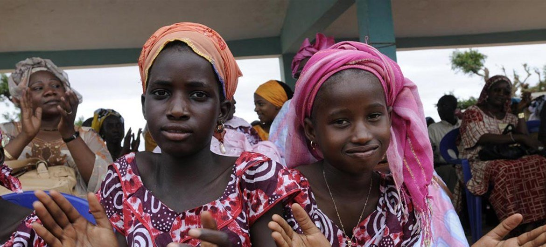 两名塞内加尔女孩在一个庆祝废除女性生殖器切割的仪式上拍手欢呼。妇女和女孩对自己身体的权利是最基本的人权。