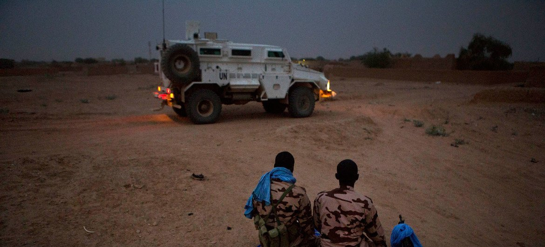 En patrouille, les Casques bleus au Mali s'arrêtent très peu.